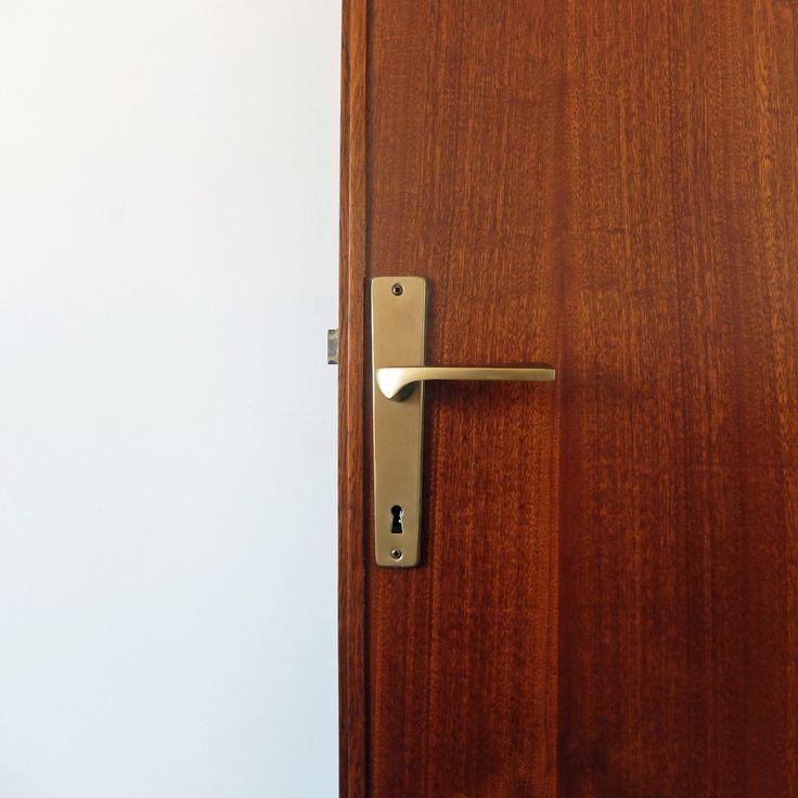 dettaglio porta in legno e maniglia in ottone