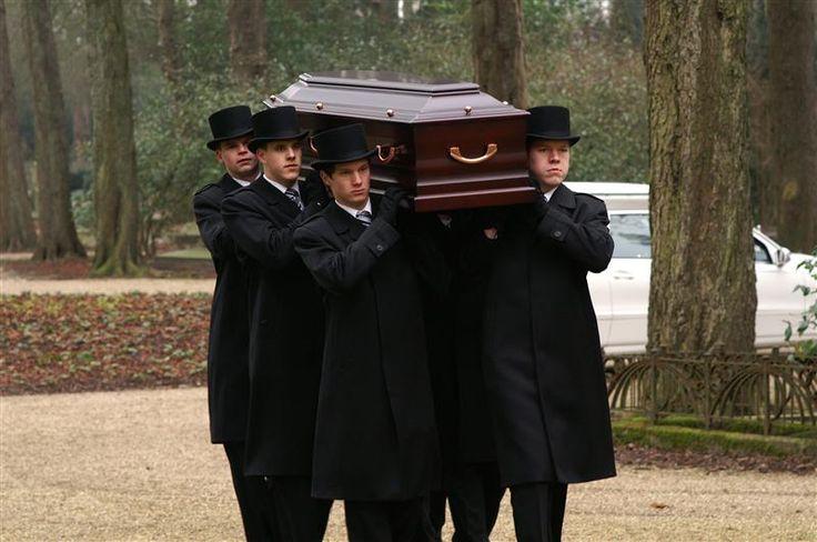 Symbolisch: Bij symbolisch kleurgebruik hebben bepaalde kleuren een bepaalde betekenis. (Zoals zwart voor dood staat, staat groen voor fris, nieuw en hoop) Zo dragen mensen bij een begrafenis meestal zwart, om rouw en ook de dood aan te duiden.