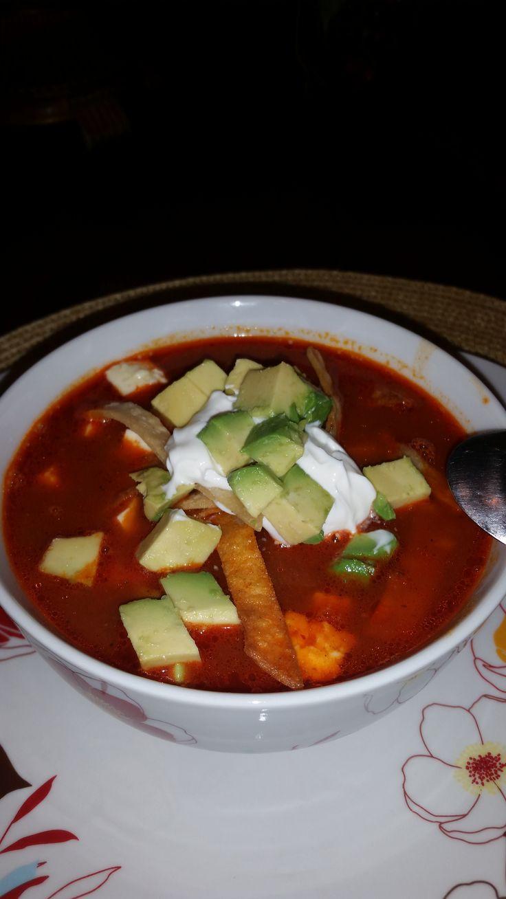 Sopa de Tortilla con Pollo INGREDIENTES: 1 pechuga y 2 muslos de pollo cocidos y deshebrados (cocerlo con 10 tazas de agua, 3 dientes de ajo, 1 zanahoria en tres partes, 1/2 cebolla, 1 vara de apio cortada en tres partes, 2 cucharaditas de granulado de pollo, pimient...