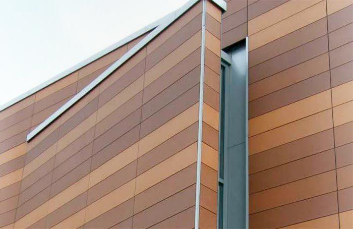 Фасад здания из панелей разных цветов