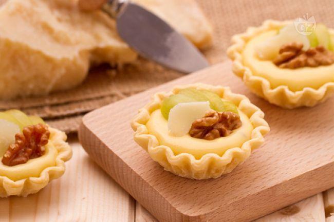 Le barchette con crema di parmigiano e uva sono delle croccanti tartellette…