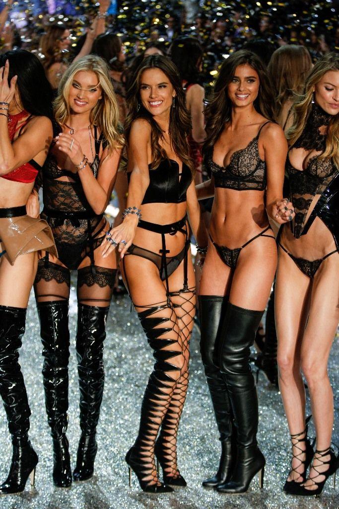 The finale of 2016 Victoria's Secret Fashion Show. #vsfashionshow #victoriassecret #vsangel #lingerie #runway #fabfashionfix