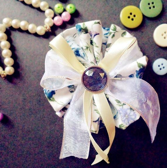 Aksesoris jilbab bros bunga putih bermotif. Dilengkapi dengan tali pita krem dan renda putih polos serta ada permata ungu di bagian atas aksesoris. Menampilkan kesan rapi cantik dan uniq. Karena seluruh proses pembuatannya menggunakan handmade 100%. Kontak 085363054184