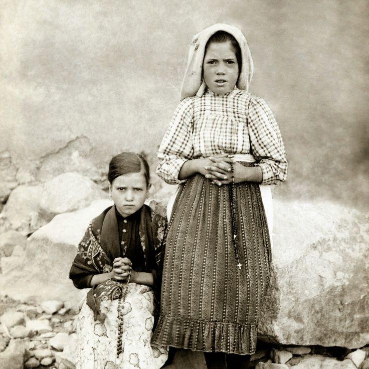 A APARIÇÃO DE FÁTIMA              História das Aparições      A  13 de Maio de 1917, três crianças apascentavam um pequeno rebanho na  Cov...