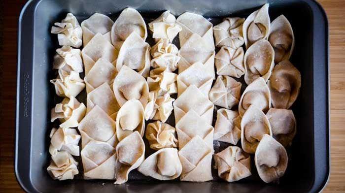 Тесто для вонтонов. У готовых оберток для вонтонов множество применений. С ними можно и пельмени лепить, и манты, и жарить во фритюре хрустящие китайские блинчики и маленькие пирожки… А также варить суп вонтон