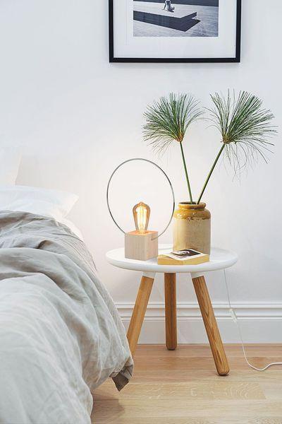 Lampe de chevet Aura en hêtre naturel et chrome et ampoule à filament, 36 x 29 cm, 69,90 euros, luzeva.fr.