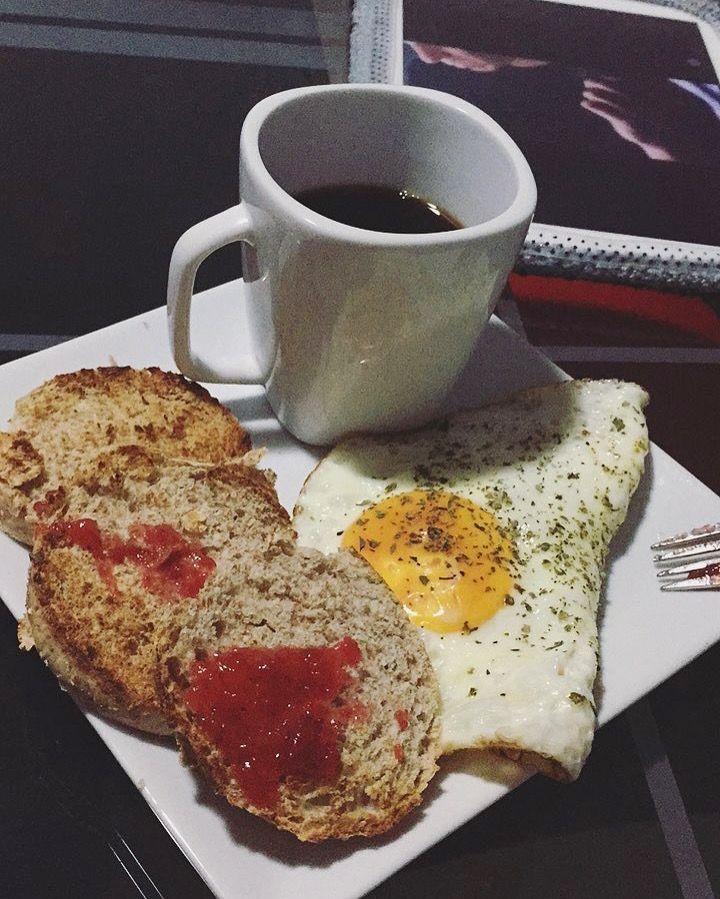 Desayuno súper Fit!  ✔️1 huevo y una clara con orégano. ✔️1 mogolla de avena. ✔️café negro sin azúcar.  #healthyfood #eatclean #noesdieta