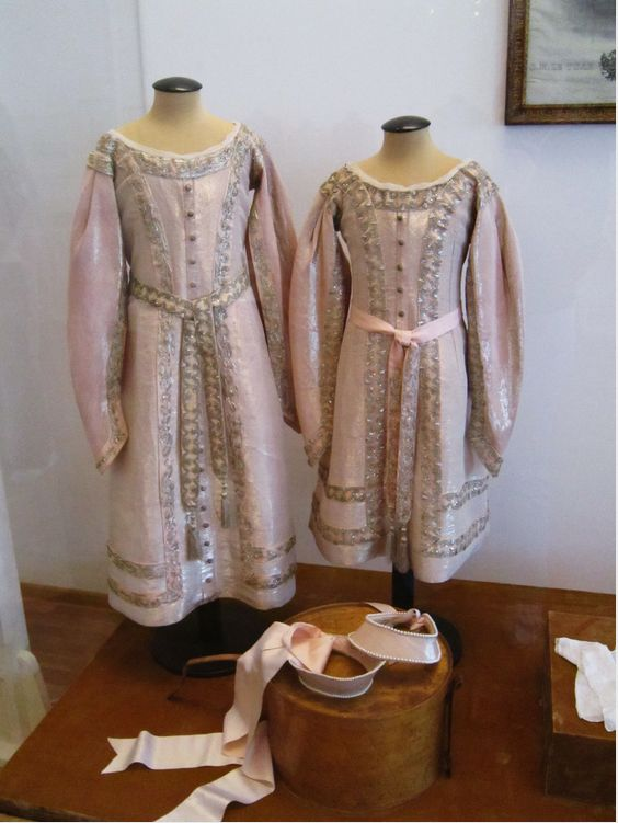 Formal Court gowns & kokoshniki worn by the Little Pair in their 1911 portrait session