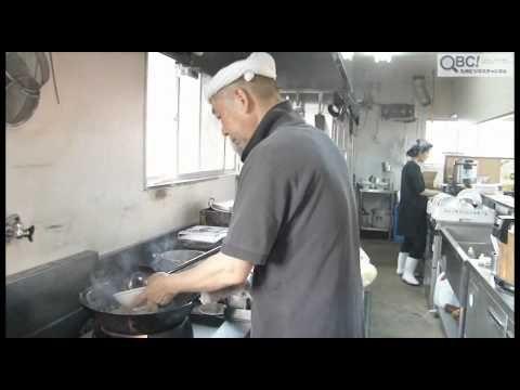 潮風を感じる福岡市中央区・那の津埠頭に「長浜ラーメンぶんりゅう」はあります。 店主の渡邉友隆さんは「毎日食べられる、飽きのこないラーメン」をモットーに、30年程前からラーメン作りを開始。 台湾料理店や居酒屋さんを経て、7年前からこの場所に店を構えています。  そんな「ぶんりゅう」のおすすめは、なんと「まかないラーメン」。昔ながらの長浜ラーメンに、炒め野菜がたっぷりと乗せられています。 なんでもその名の通り「まかない」として作られたラーメンを、お客さんが「私にも食べさせて」とお願いし、正式メニューへ加わったのだそうです。