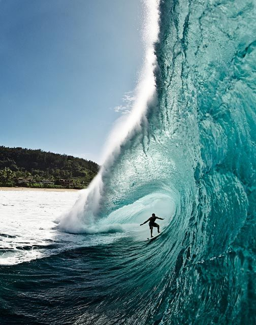 Las playas para surfistas de Australia, en las que rompen olas excepcionales sobre las que practicar surf a todos los niveles, nacen del océano Pacífico en el este, del océano Índico en el oeste y del océano Antártico en el sur. No se pierda la legendaria playa de Bells Beach, cerca de Torquay, puerta de entrada a la Surf Coast de Victoria, en la carretera Great Ocean Road. Byron Bay, Newcastle, Sídney y su costa meridional, en Nueva Gales del Sur, ofrecen un oleaje extraordinario.