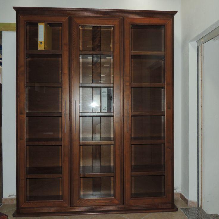 Mobile-libreria (240x260) con corpo avanzato centrale realizzata in listellare di legno, antine in legno massello di frassino e meranti
