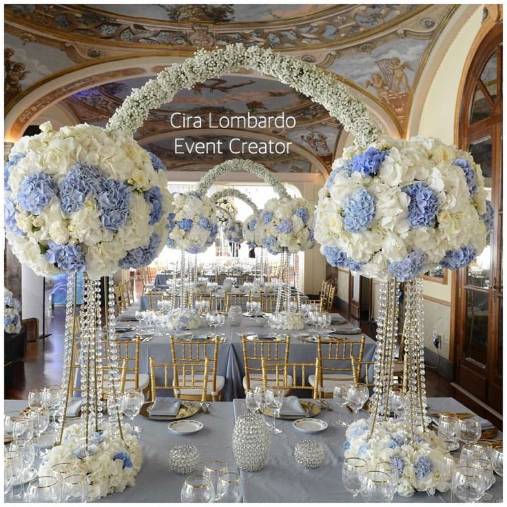 """Romantico Regale. Centrotavola di ortensie bianche e celeste polvere. #ciralombardo #weddingsluxury #luxurywedding #luxuryparty #luxury #elegant…"""