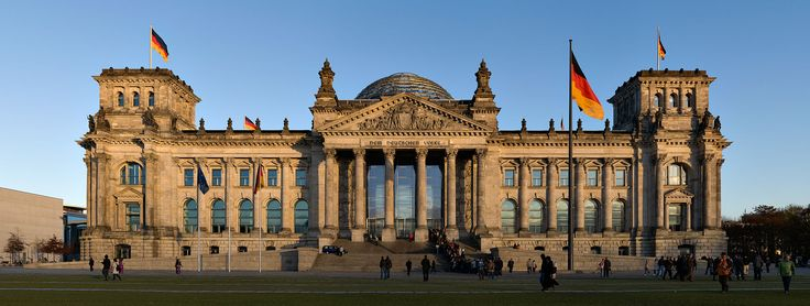 """Am Reichstagsgebäude in Berlin wird 1916 die Inschrift """"Dem deutschen Volke"""" angebracht, die Behrens gestaltet hat."""