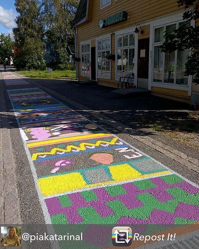 Pirteää katutaidetta Nikkilässä. Tämän hienon kuvan jakoi @piakatarinal  #repost #muistojennikkilä #streetart #katutaide #gatukonst #trasmatta #räsymatto #maalattu #målat #värikäs #färggrann #colorful #samaria #sibbo #sipoo #nikkilä #nickby #aurinkoista #soligt