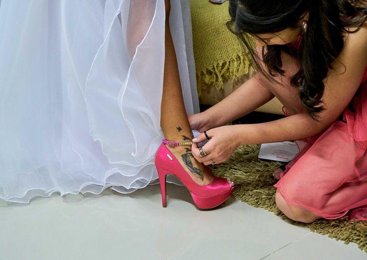 Registre as pessoas ajudando a noiva nesse dia especial. O simples auxílio no calçar do sapato gera uma bela imagem - Viny Appel - Fotografia de casamento