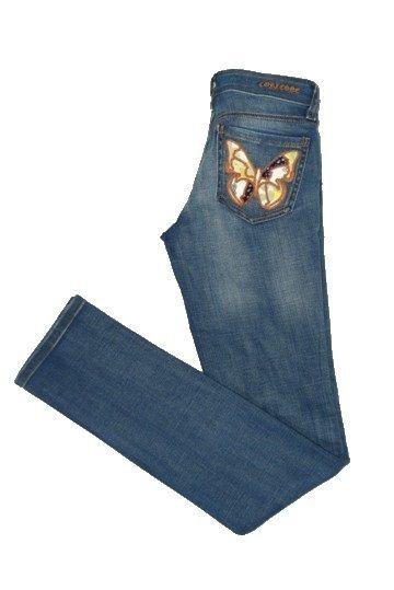 Pantalón tejano Calico Corleone de color azul efecto desgastado. Cierre de botón y cremallera. Tres bolsillos delanteros y dos traseros con bordado de mariposas. Bajo de corte recto.