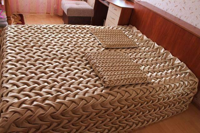 Conjunto de colcha de casal e capas de travesseiro.
