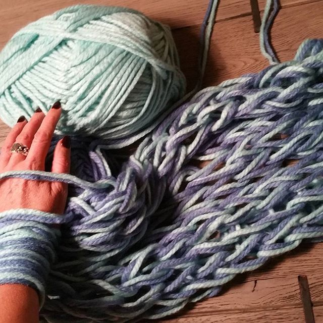 ふわふわの手編みも簡単30分♡腕で編む「アームニッティング」 - Locari(ロカリ)