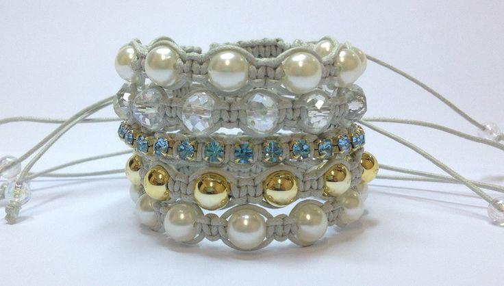 Kit de pulseiras shambalas confeccionadas em macramê com cordão encerado na cor gelo, composto de 5 pulseiras:  - 1 pulseira de strass na cor Aquamarine em banho dourado  - 1 pulseira de cristais facetados  - 1 pulseira de pérolas douradas  - 2 pulseiras de pérolas    > > Pulseiras ajustáveis, no...