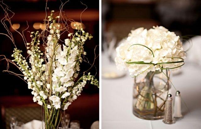 weiße Blumen am Tisch Maiglöckchen in Marmeladengläsern arrangieren