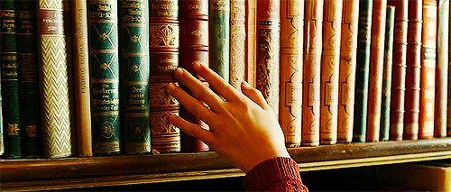 Pero aún siendo decepcionado siempre porque sus estantes nunca serán almacenados impecablemente. ¿Es mucho pedir a querer una biblioteca que parece que es de una película? | 23 Irrational Fears All Book Lovers Have