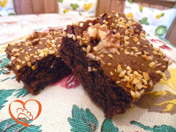 Brownies classici con noci e nocciole http://www.cuocaperpassione.it/ricetta/c8371f4c-9f72-6375-b10c-ff0000780917/Brownies_classici_con_noci_e_nocciole