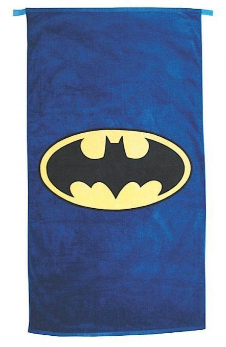 Toalla capa con logo 135 x 72 cm. Batman  Os presentamos una original toalla de playa con unas medidas de 135 x 72 cm de color azul de la capa de Batman y su correspondiente logo, 100% oficial y licenciada.