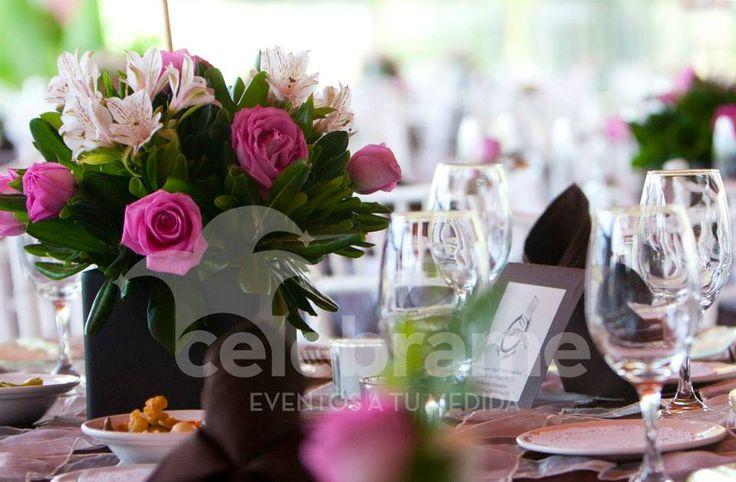 Centros de mesa de rosas rosas para boda / Pink roses centerpieces, wedding. www.celebrame.com.mx