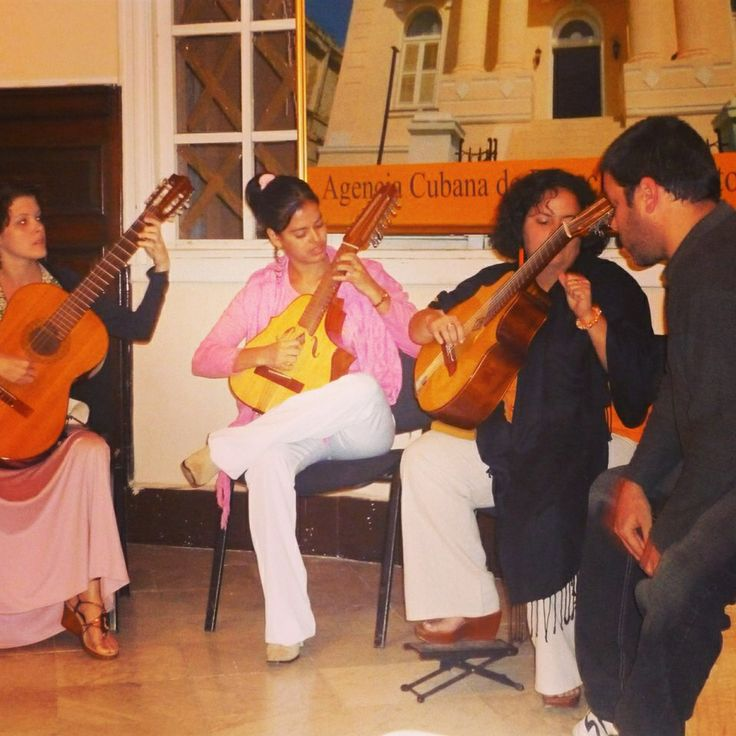 Cuban lutes performing in Havana.