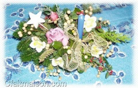 Des roses fraîches dans un centre de table bleu.