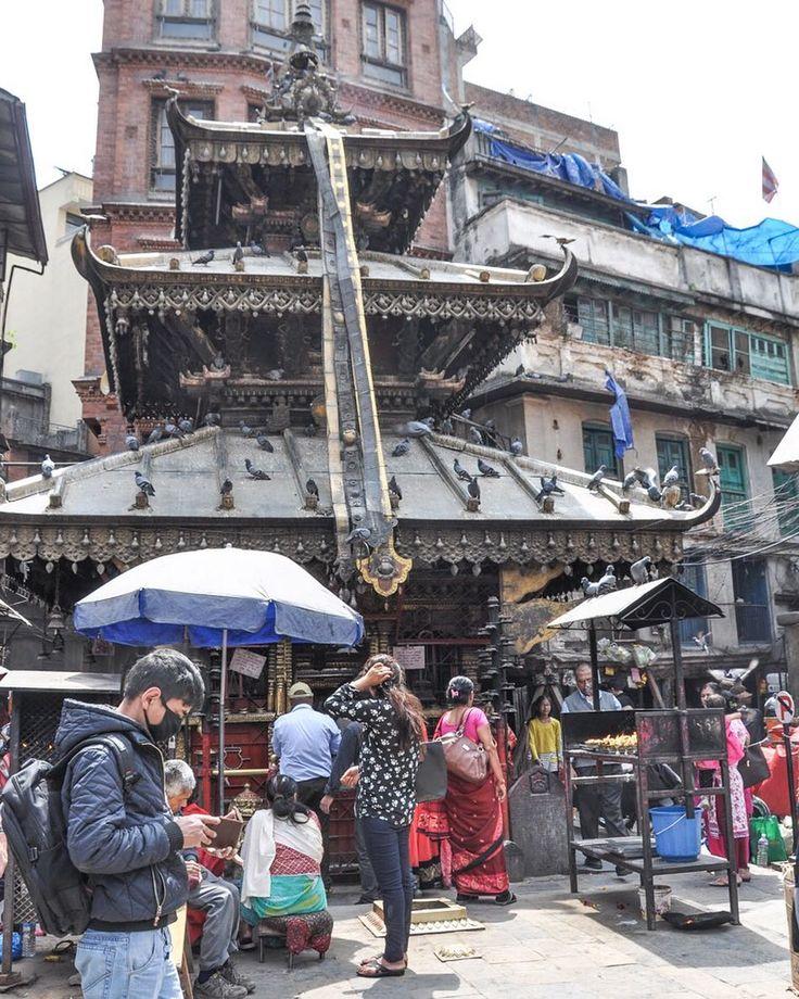 City life in #Kathmandu capital of #Nepal. La vita cittadina di Kathmandu è frenetica e brulicante ad ogni ora di luce del giorno ben diversa è la notte quando l'assenza di illuminazione rende la città buia e poco movimentata ma non per questo addormentata. Un promemoria che posso consigliare per chi volesse viaggiare in Nepal è quello di portarsi una mascherina o un foulard per riparare naso e bocca poiché l'aria è ricca di polvere nei periodi di siccità e come in molte città dell'Asia è…