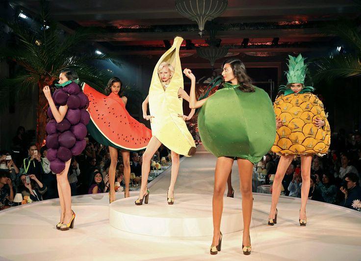 Μοντέλα ντυμένα με είδη μαναβικής παρουσιάζουν στη πασαρέλα δημιουργίες της σχεδιάστριας Charlotte Olympia  κατά τις ενδυματολογικές επιδείξεις της εβδομάδας μόδας του Λονδίνου.