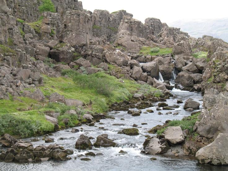Daar waar de Amerikaanse en Europese schollen uit elkaar drijven ligt Nationaal Park Thingvellir. De vergadervlakte van het oudste parlement ter wereld.