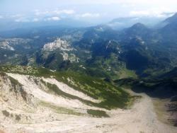 In de zomer van 2016 heb ik een nieuw lange afstandswandelpad door de Balkan gelopen, de Via Dinarica White Trail. Een veelbelovende route die zijn weg vindt langs talloze bergkammen, heuvelruggen, meren, rivieren, kloven en prominente toppen in de Dinarische Alpen. Uitgerust met een grote rugzak, twee paar FiveFinger schoenen en een superdeluxe GPS trok ik van Albanië door Montenegro, Bosnië en Herzegovina en Kroatië naar Slovenië.