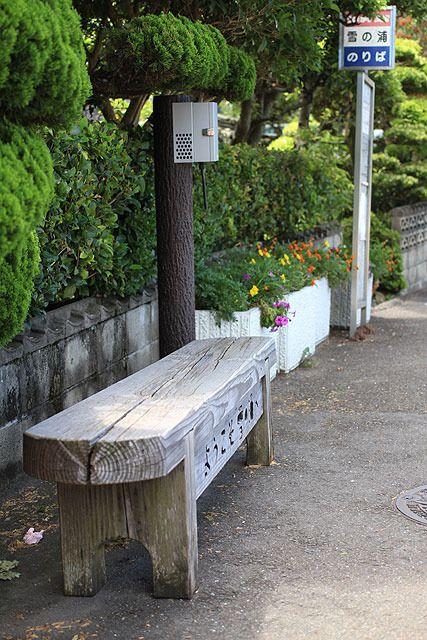 近くの小学校の子供たちが花の世話をしていると書いてあった。素敵なバス停だ。