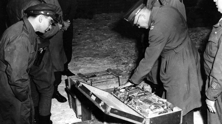Bis kurz vor Ende des Zweiten Weltkriegs ließ das Dritte Reich Gold in die Schweiz bringen, um im Ausland weiterhin Kriegsmaterial kaufen zu können – die schweizerischen Banken fungierten quasi als Geldwäscher. Und auch die Alliierten kassierten ab. 1945 finden US-Truppen im thüringischen Merkers mehr als 2.000 Behälter – randvoll mit Goldbarren und Banknoten.-Bilder- Galerie!
