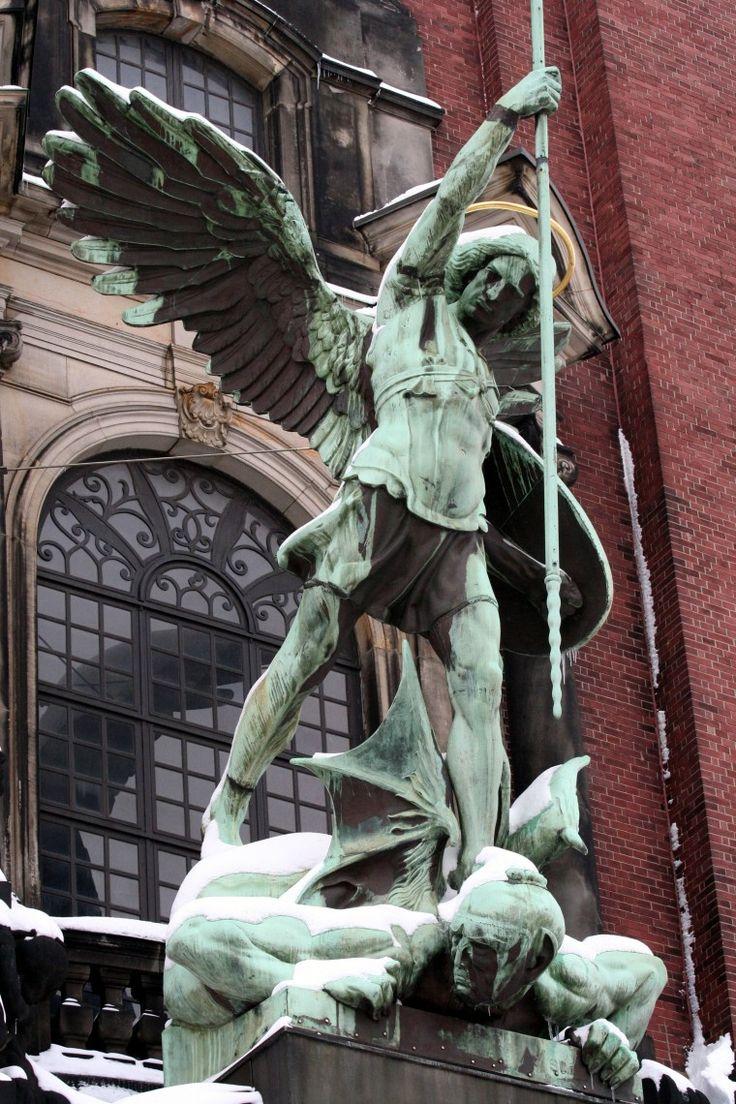 Erzengel Michael-Statue über dem Portal der St. Michaeliskirche Hamburg - Iglesia de San Miguel (Hamburgo) - Wikipedia, la enciclopedia libre