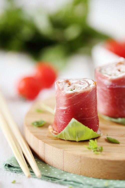 Roulés de jambon cru au Chavroux, basilic et tomates confites
