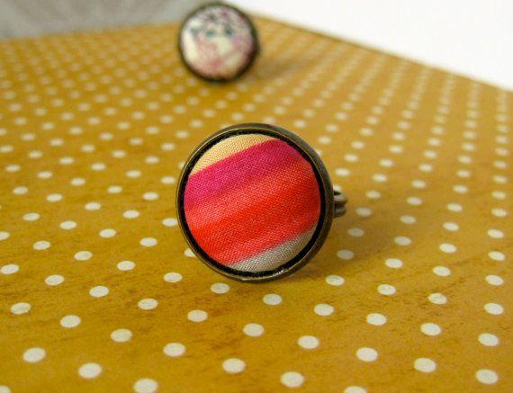 Anello Liberty - strisce rosse rosa - regolabile banda in bronzo antico con 15 mm bottone rivestito in tessuto