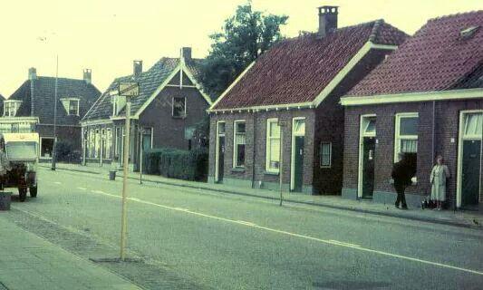 Ootmarsumsestraat, met de melkboer van de ACO links naast de bushalte.