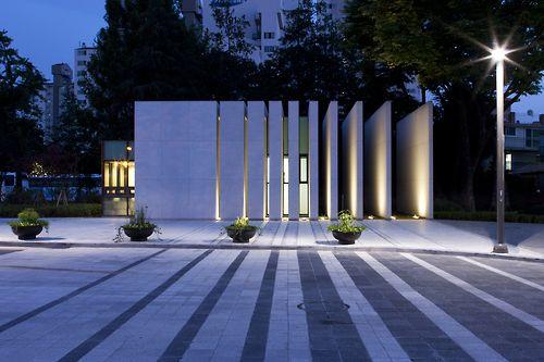 Blurring Boundary está previsto para o campus da Universidade de Seul para se comunicar e conviver com a cidade borrando a fronteira entre eles. Colocamos uma parede como guias do fluxo de pessoas para atravessar a entrada, em vez de um portão de empresa fortemente tecido. Esta é uma parte do esforço para restaurar a continuidade da cidade. #arquitetura #universidade