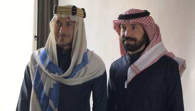 توتي وبيرلو ي بديان إعجابهما بالزي السعودي فيديو Nun Dress Fashion