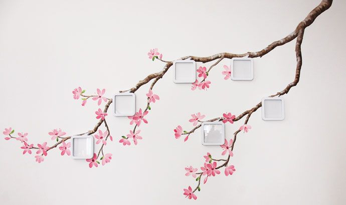Roze bloesem wanddecoratie met foto's in een woonkamer. Muurschildering gemaakt door Birgit Charles, kan naar wens aangepast worden.  blossom flower mural painting