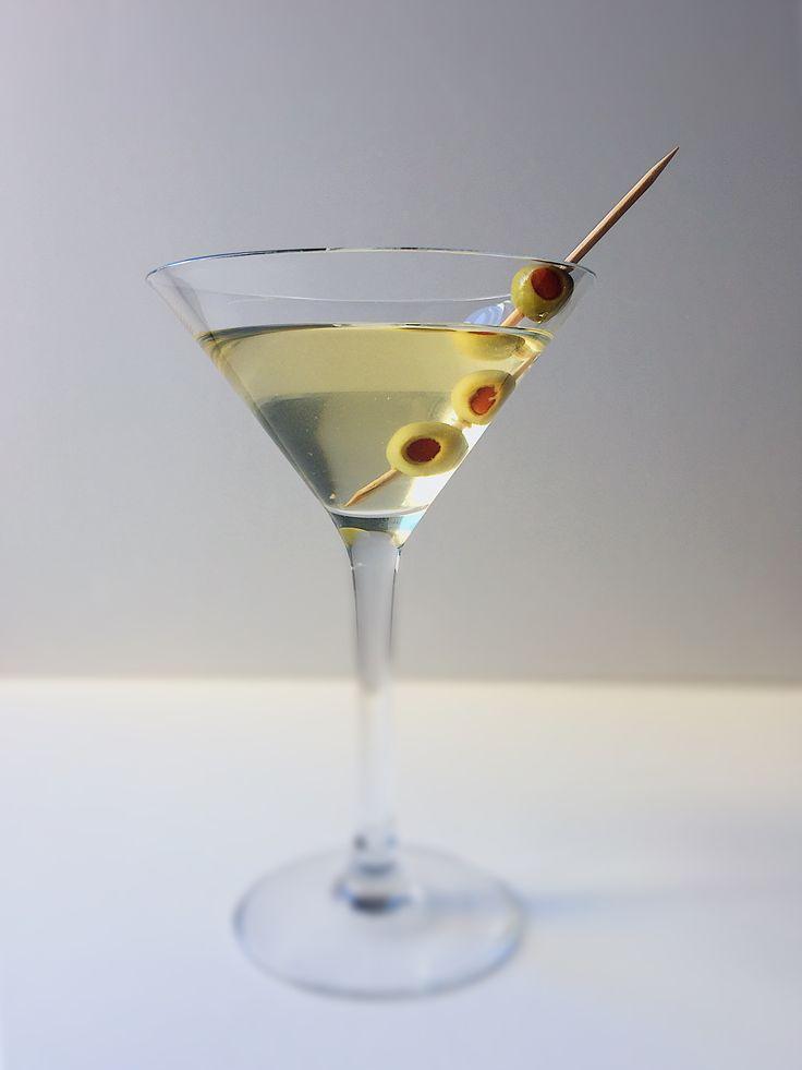 """Shaken, not stirred."" Dirty_Martini. 7ml de ""sumo"" de azeitona 15ml de vermute seco 70ml de vodka (ou gin) Azeitonas 7ml olive juice 15 ml dry vermouth 70ml of vodka (or gin) Olives #dirty #dirtymartini #vodka #martini #vermouth #vermute #olives #drink #cocktail #living #lifeisgood #tomyfuture #cheers #ikeaportugal  #3gomosderiso #comidaportuguesa #portuguesefood  #homemadefood  #madewithlove  #food  #foodporn  #pornfood  #instagood  #tasty  #tastyfood  #happy  #vscocam  #cook  #cozinhar"