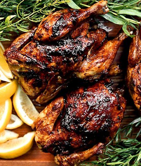 Kycklingen sköter sig själv i ugnen. Under tiden kan du göra en god sallad.
