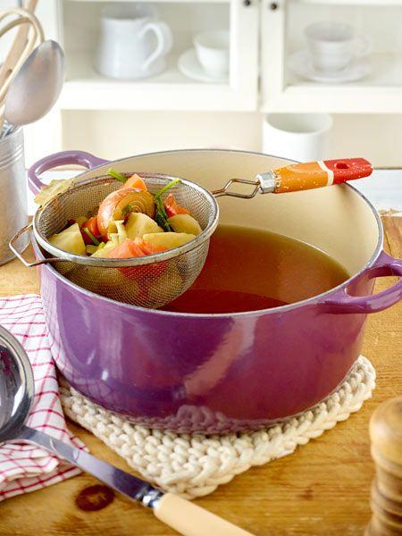 Die klassische Gemüsebrühe schmeckt immer - solo oder als Kochzutat.