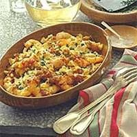 Deze maaltijd wordt in heel Griekenland geserveerd in taverna`s aan de kust. De garnalen kunnen al tot vier uur van te voren met de tomatensaus worden...