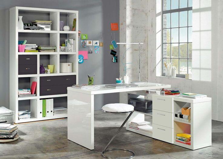 Pracovní stůl Space (6499 Kč) ze stejnojmenné pracovní sestavy ve vysokém bílém lesku, je posunovací, š/v/h: 140/74/65 cm, má regál, 3 zásuvky a 4 otevřené police, š/v/h: 140/64/35 cm, roh, rozměr 140 x 140 cm, v. 74 cm.