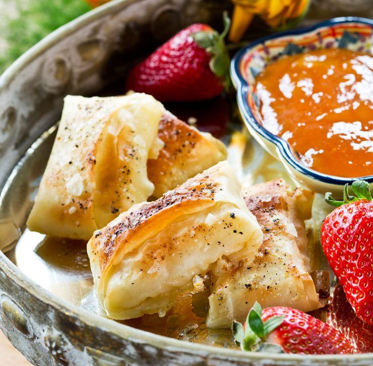 Små, frasiga knyten av filodeg fyllda med camembertost som serveras tillsammans med en hemlagad rabarber-chutney. Makalöst gott!