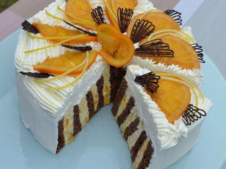 Nebudeme si nalhávat, že tenhle dort patří vysloveně mezi dietní. Na druhou stranu je pro nás, kteří rádi mlsáme určitou šancí, že prospějeme alespoň trochu tělu přísunem vitamínů. Teď v zimě je v obchodech nejvíce pomerančů, zkusme právě z nich udělat dort pro labužníky…
